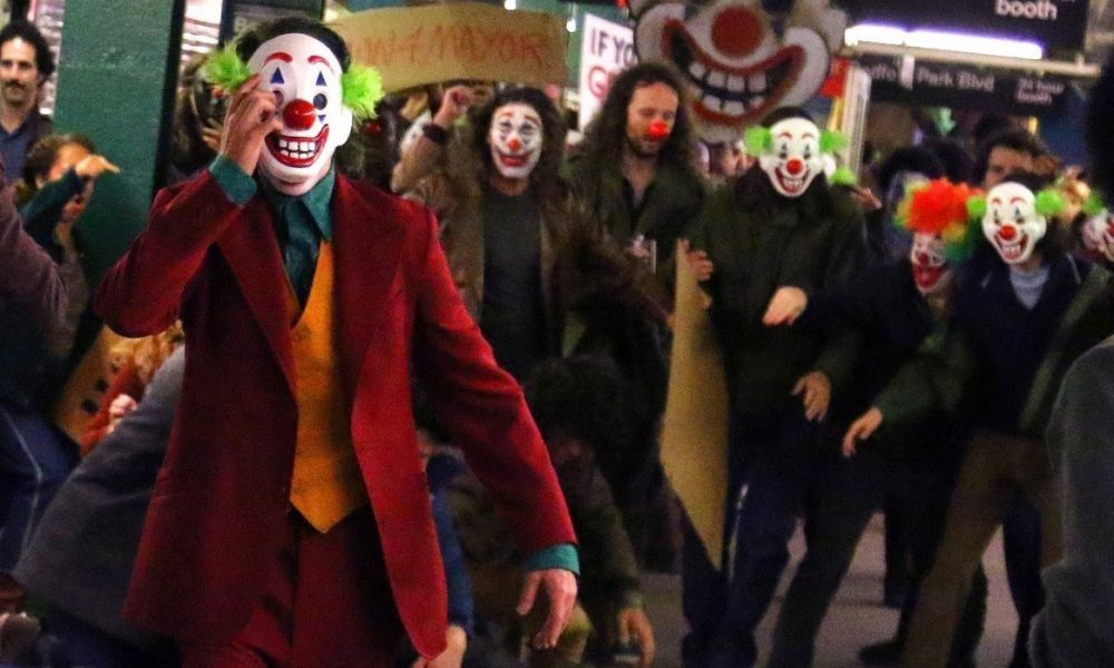 joaquin-phoenix-transforms-into-the-joker-filming-riot-scene-16a-1000x600